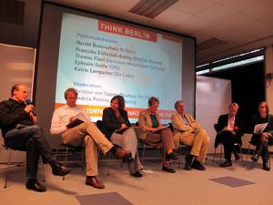 Podiumsdiskussion mit (im Bild von links nach rechts) Thomas Flierl (Hermann-Henselmann Stiftung), Ephraim Gothe (SPD), Katrin Lompscher (Die Linke), Franziska Eichstädt-Bohlig (B90/Die Grünen), Harald Bodenschatz (TU Berlin/Think Berl!n plus) diskutiert. Die Moderation leiteten Cordelia Polinna (Think Berl!n) und Christian von Oppen (n+1 architekten/Think Berl!n plus).